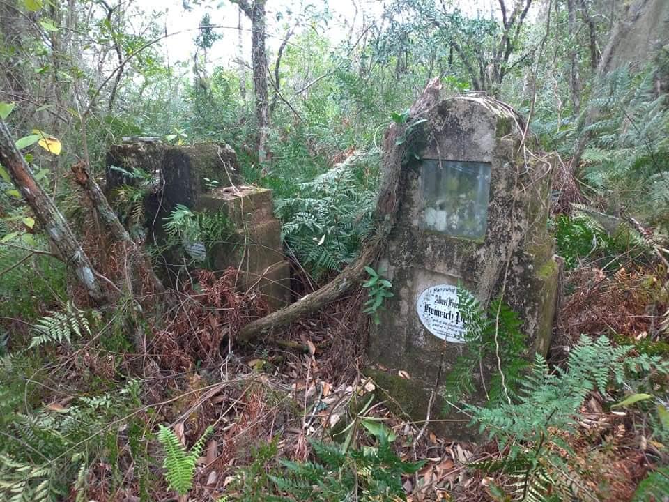 Curiosidade: Cemitério com túmulos escritos em alemão no interior de Pelotas, RS, com data de 1880