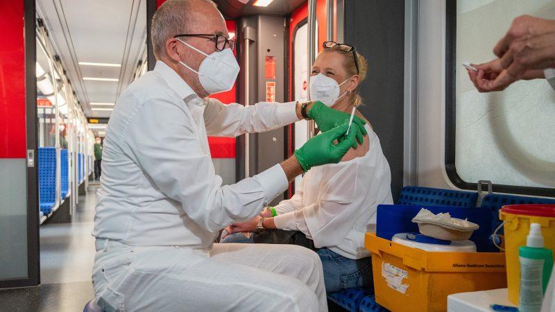 """Vacinação:  100 pessoas imunizadas a bordo do S8 """"Impfzug"""" em viagem de 3 horas por Berlim."""